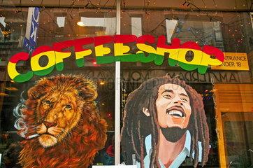 Coffee-Shop  Bob Marley und ein rauchender Loewe.