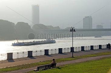 Blick auf Rhein und Bonner Bundesviertel bei Herbstnebel