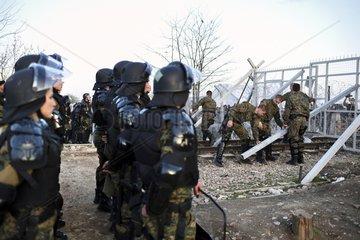 Polizei sichert den Grenzzaun zwischen Griechenland und Mazedonien
