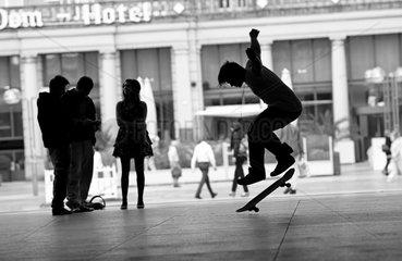 Skater auf der K__lner Domplatte