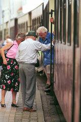 Rentner helfen sich gegenseitig beim Aussteigen