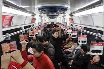 Peking  Reisende in der U-Bahn