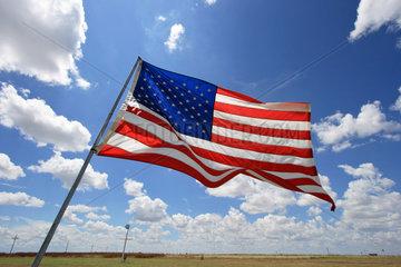 Groom  USA  Amerikafahne weht vor blauem Himmel mit weissen Wolken