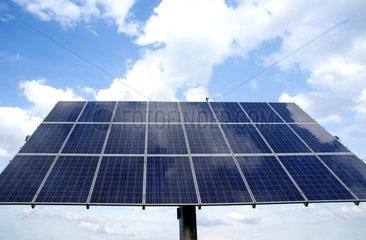 Photovoltaik-Anlage auf dem Dach eines Buerohauses