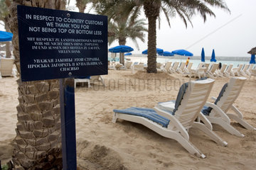 Dubai  Hinweistafel zur Badebekleidung am Strand
