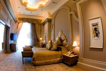 Abu Dhabi  Schlafzimmer einer Suite des Emirates Palace Hotel