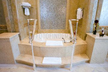 Abu Dhabi  Badewanne in einer Suite des Emirates Palace Hotel