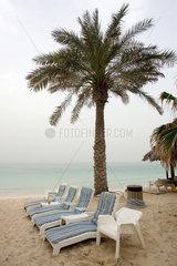 Dubai  Liegestuehle am menschenleeren Strand