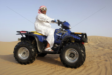 Dubai  Quadfahrer in der Wueste