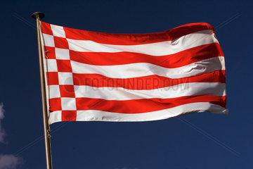 Symbolfoto  Flagge des Bundeslandes Bremen im Wind