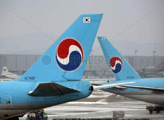 Seoul  Heckansichten von Passagierflugzeugen der Fluggesellschaft Korean Air am Flughafen Incheon