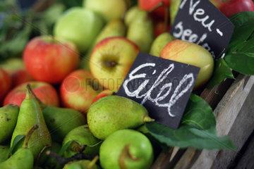 Aepfel und Birnen mit Herkunftsschild