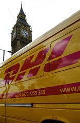 GB  London  DHL-Wagen vor dem Big Ben