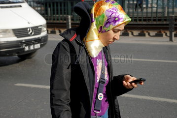 Junge Frau mit Handy in Istanbul