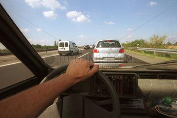 Blick aus einem Auto auf die Autobahn