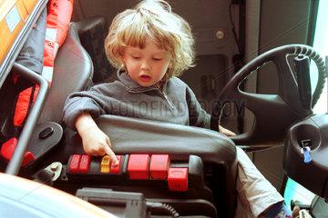 Ein Kind in einem Baufahrzeug