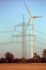 Strommast und Windrad