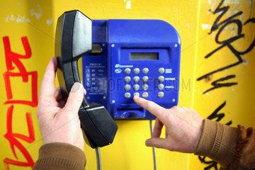 Odessa  waehlen einer Telefonnummer an einem oeffentlichen Fernsprecher