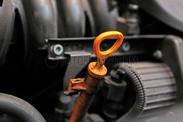 Kfz-Werkstatt: Oelmessstab eines Audi