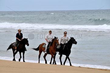 Suedafrika: Reiterinnen am Strand von Santa Lucia