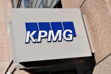 Hannover  Deutschland  KPMG-Logo an einer Filiale
