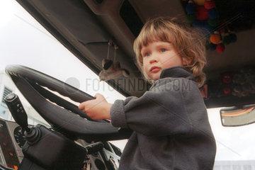 Kind in der Fahrerkabine von einem LKW