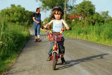 Mecklenburg  ein Kind auf der Strasse