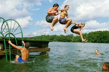 Boetzsee  Jugendliche springen gemeinsam ins Wasser
