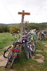 Hiddensee  Fahrraeder an einem Fahrradparkplatz