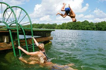 Boetzsee  ein Junge springt kopfueber ins Wasser