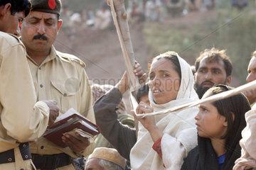 Hilfgueterverteilung an Erdbebenopfer in Pakistan
