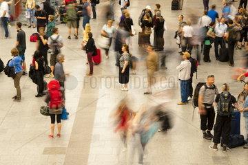 Menschen im Dresdener Hauptbahnhof
