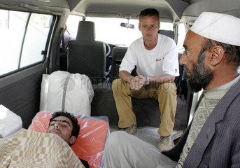 Krankentransport eines Verletzten in Paghman
