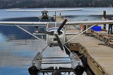 Wasserflugzeug Cessna 180J Skywagon; hinten: DeHavilland Beaver