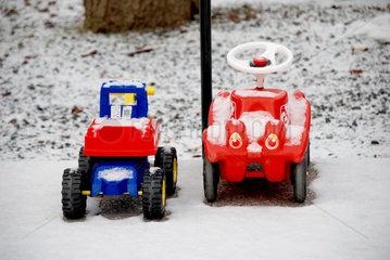 Zwei Bobby-Cars im Schnee