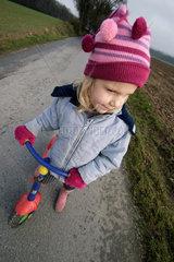 Maedchen 5 Jahre alt  mit Roller  sehr dynamisch fotografiert