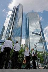 Banker vor der Zentrale der Deutschen Bank in Frankfurt am Main