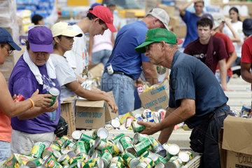 Ausgabe von Hilfsguetern nach dem Hurrikan Katrina