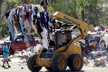 Sortierung von Hilfsguetern nach dem Hurrikan Katrina