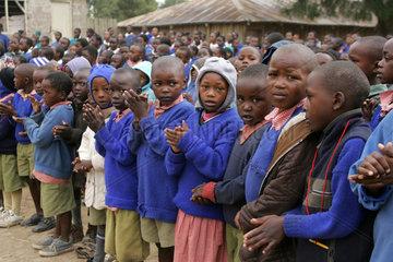 Afrikanische Schueler in Schuluniformen beim Morgenappell in einer Schule