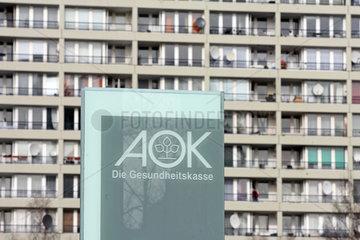 Berlin  Deutschland  AOK-Schild vor einem Plattenbau