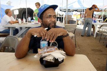 Versorgung von Opfern des Hurrikan Katrina mit einer Mahlzeit
