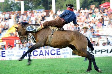 Jesus Maria  Argentinien  Reiter versucht sich auf einem buckelnden Pferd zu halten