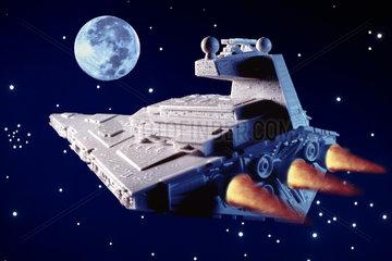 Raumschiff fliegt zum Mond