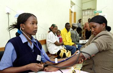 Kenia  Blutdruckmessung bei einer Patientin im Moi University Hospital