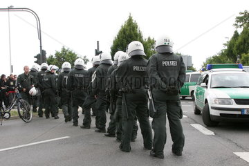 Polizeieinsatz waehrend einer Kundgebung gegen den Aufmarsch von Rechtsextremisten in Bonn-Duisdorf am 12.07.2008