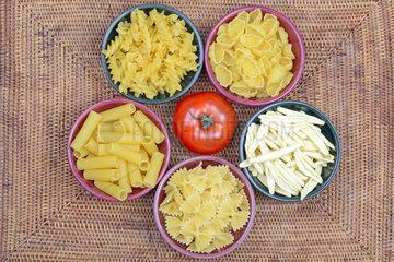verschiedene italienische Pasta  Farfafalle  Fusilli  Gnocchi  Rigatoni  Fagiolini  Teigwaren  Nudeln  Tomate