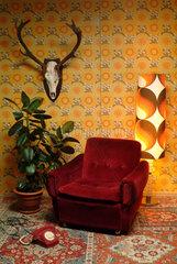 Roter Sessel in einem Zimmer eingerichtet nach deutscher Gemuetlichkeit