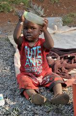 Suedafrika: Kleinkind mit Milchflasche