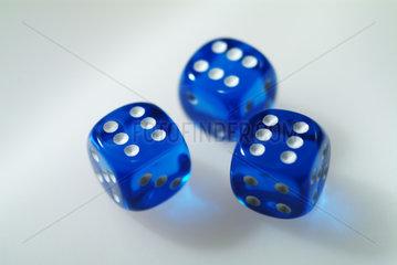 drei blaue Wuerfel mit Sechser-Pasch